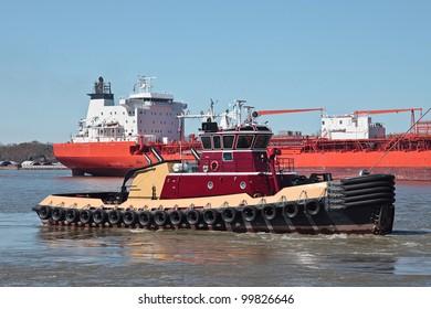 Bulk carrier on Mississippi River with Tug