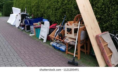 Les déchets volumineux dans la rue attendent la collecte des ordures. Collecte des déchets. Des ordures volumineuses, une pile d'ordures mélangées. Industrie du recyclage. Écologie. Matières et déchets recyclés