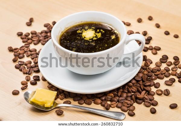 バターを加えた防弾薬の黒いコーヒー、ケトジェニック食の開業者に人気のレシピ