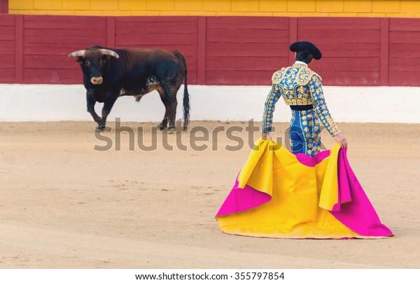 Un torero che aspetta il toro nell'arena. Corrida