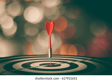 Bullseye ist ein Geschäftsziel. Dart ist eine Chance und Dartboard ist das Ziel und Ziel. Beide stellen also eine Herausforderung im Business Marketing als Konzept dar.