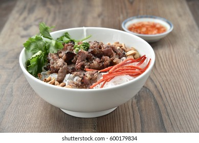 Bun thit nuong - Vietnamese grilled pork and rice noodles: It is a mix of vermicelli noodles, grilled pork, eaten along with vegetable and sour and sweet fish sauce.