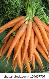 a bunch of carrots (carrots) is for sale on a market for fruit and vegetables