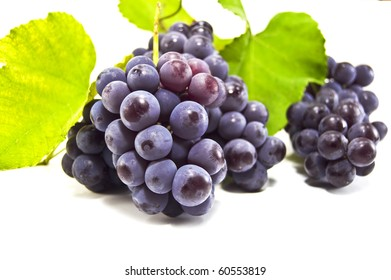 bunch of ripe grapes in the photo