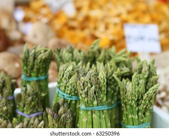 bunches of asparagus at the farmer's market