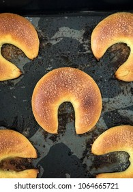 buns in the form of horseshoes