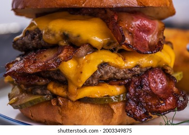 Burger. Double cutlet, double cheddar cheese, bacon, deep-fried onions, pickles, sauce and craft bun. Macro