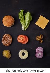 ингредиенты гамбургера на темном фоне. Вид сверху