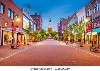 Burlington, Vermont, États-Unis à Church Street Marketplace au crépuscule.