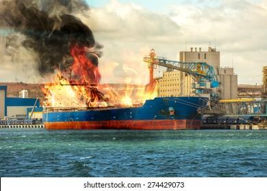 Brand Frachtschiff im Hafen.