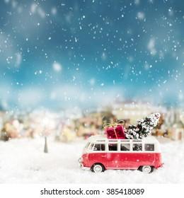 Busspielzeug mit Baum und Geschenk