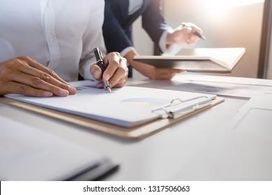 Geschäftsführerverhandlung über Investmentdatenblätter im modernen Büro.