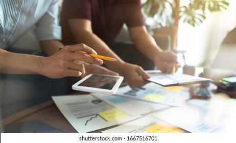 Wirtschaftsberater Finanzteam berät über Wirtschaftsanalyse.