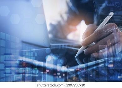Unternehmensanalyse, modernes Technologiekonzept. Finanzanalyst, der im Büro arbeitet. Multitasking-Geschäftsleute verwenden digitale Tablet-Computer, Finanzgrafiken, Computer-Dashboard auf einem virtuellen Bildschirm