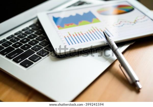 Unternehmensanalyse mit Tablet PC und Laptop-Computer