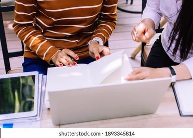 Business Brainstorming macht einen Marketingplan, um eine Strategie zur Förderung des Verkaufs von Produkten in der Zukunft zu planen