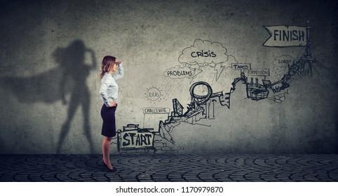 Konzept der beruflichen Herausforderungen für Unternehmen. Geschäftsfrau, die sich vorstellt, ein Superheld zu sein, der nach Karriereplänen strebt