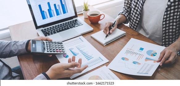 Gerente comercial casual presentando y discutiendo las estadísticas de éxito del proyecto de crecimiento de la empresa, el trabajo profesional del inversor iniciar el proyecto para el plan de estrategia con el documento.