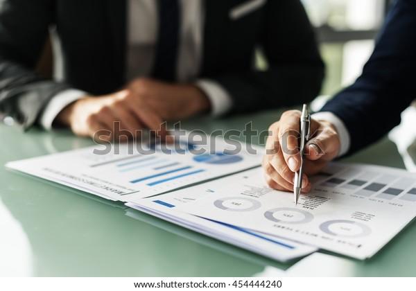 Business Colleague Discussion Paperwork Graph Konzept