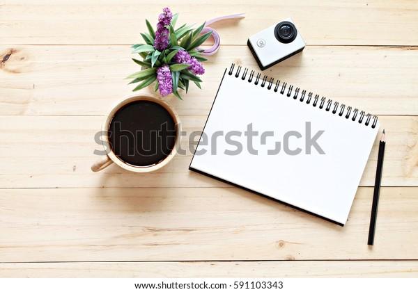 ビジネスコンセプト:オフィスワークスペースデスクの平らなレイスタイル(白紙のノートブック用紙、コーヒー、トップビューのモックアップ付き)