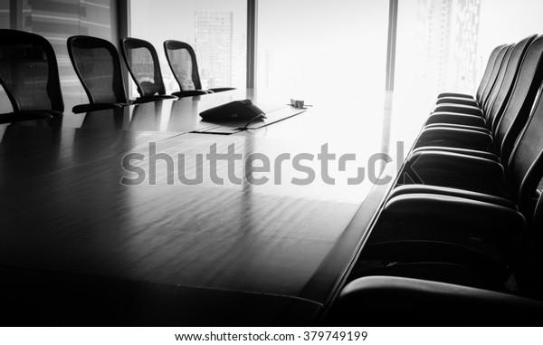 Business Conference Room in schwarz-weißem Ton / Für Business Growth Konzept