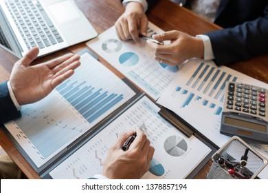 Business Corporate Team Brainstorming, Planungsstrategie mit einer Diskussion Analyse der Investitionen recherchieren mit Diagramm im Büro seine Schreibtischdokumente und Sparkonzept.