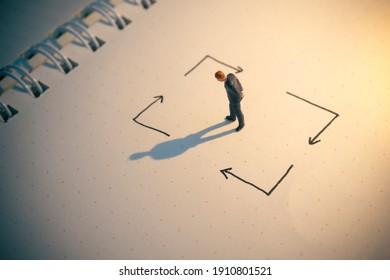 Konzept der Unternehmensentscheidung. Geschäftsmann denkt mit vielen Pfeilern.