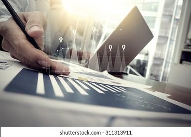 documents d'affaires sur table de bureau avec smartphone et tablette numérique et graphique financier avec diagramme de réseau social et homme travaillant en arrière-plan