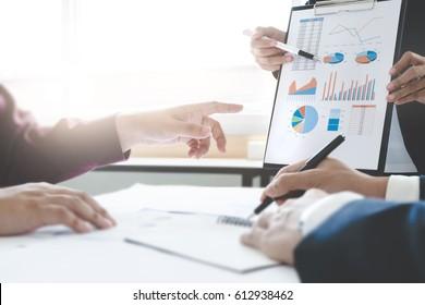 Los ejecutivos de negocios se reúnen trabajando con nuevos datos de análisis y discusión de proyectos, gráficos y presentación de gráficos.