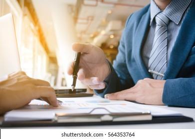 Business Executives arbeiten einen großen Job und diskutieren die Verkaufsleistung in einem modernen Büro.
