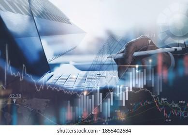 Hintergrund für Unternehmensinvestitionen, Geschäftsmann oder Finanzanalyst, der im Büro arbeitet, Überwachung mit Handelsdiagrammen-Marketingbericht über virtuelle Bildschirme, Business Intelligence und Technologiekonzept