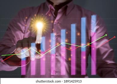 Wirtschaftswachstumsgraph mit Computergrafik, Männern FingerTouchlight, Nahaufnahme, Wirtschaftskonzept und moderne Technologie