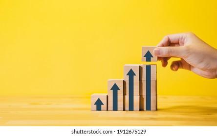 Crecimiento del negocio o paso a paso por conceptos de éxito con un gráfico de flecha, en madera.financiera, beneficio de la inversión.