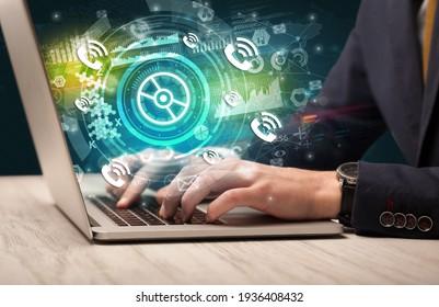 Saisie manuelle sur ordinateur portable moderne