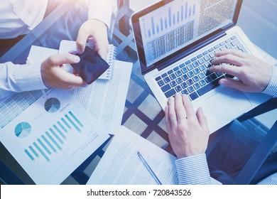 concepto de inteligencia empresarial, equipo de personas que trabajan en gráficos y datos, reunión en la oficina, análisis de gráficos