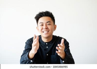 Geschäftsgespräch. Berufliche Karriere. Projektmanagement. Porträt eines ambitionierten, fröhlichen asiatischen Mannes, der lächelnd die Kamera anschaut, einzeln auf weißem, leerem Hintergrund.