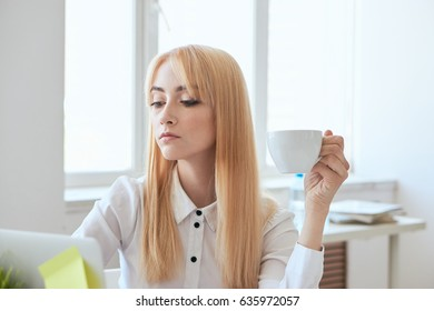Business lady blonde at the Desk,business planning