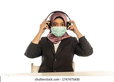 Business Lifestyle, Femme mignonne malaise portant le hijab avec un masque et un casque