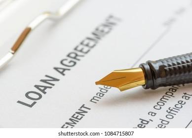 Vertrag über Unternehmensdarlehen oder Konzept eines Rechtsdokuments: Füllfederhalter auf einem Papierformular für Darlehensverträge. Die Darlehensvereinbarung ist ein Vertrag zwischen einem Kreditnehmer und einem Kreditgeber, eine Zusammenstellung verschiedener gegenseitiger Versprechen.