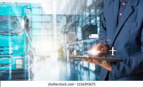 Business Logistics Konzept, Geschäftsmann Manager mit Tablet-Check und-Kontrolle für Mitarbeiter mit moderner Warenlager-Logistik. Konzept der Industrie 4.0
