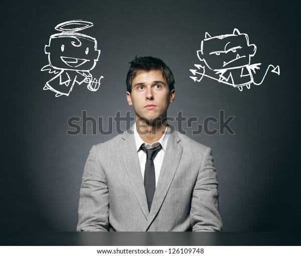 Geschäftsmann verwirrt mit seinem guten und schlechten Gewissen