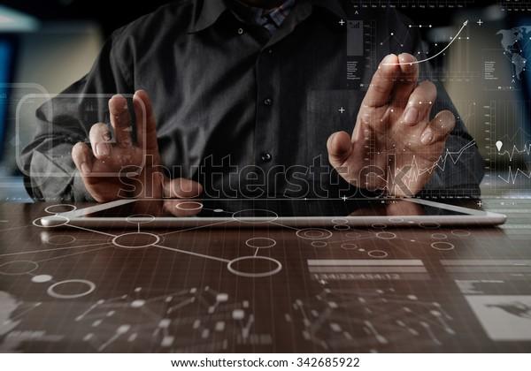 бизнес человек ручной работы на цифровом планшетном компьютере со слойной стратегией и диаграммой социальных сетей на деревянном столе