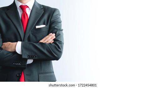 Ein Geschäftsmann mit seinem Arm überkreuzt
