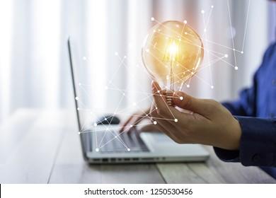 Geschäftsmann mit Glühbirnen, Ideen für neue Ideen mit innovativer Technologie und Kreativität.