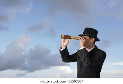 Geschäftsmann sieht durch das Teleskop