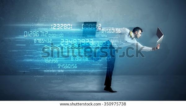 Geschäftsmann mit Mediengerät und High-Tech-Wireless-Datenkonzept auf dem Hintergrund