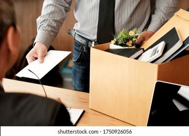 Geschäftsmann, der einen Rücktrittsbrief an den Chef schickt und den Rücktritt des Holding Stuff Depress zurückgibt oder einen Karton mit Schreibtisch im Büro mitführt