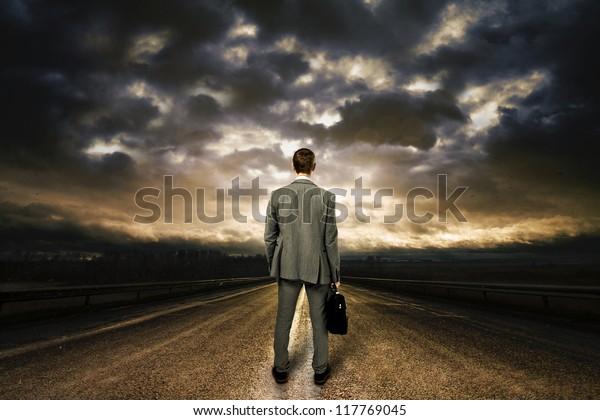 Hombre De Negocios Parado En Medio Del Camino Espectacular Cielo Arriba