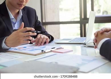 Geschäftsmann Aufsicht und Sekretär für die Ausführung von Geschäftsplan und Berater Analyse der Jahresabschlüsse des Unternehmens Bilanz mit Dokumenten Graphen. Audit und Berater
