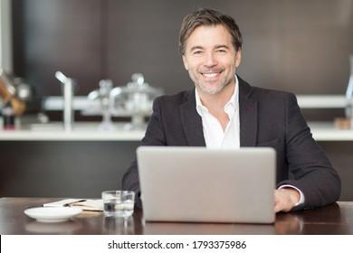 Geschäftsmann, der zu Hause Telearbeit macht. Wirklich glücklich